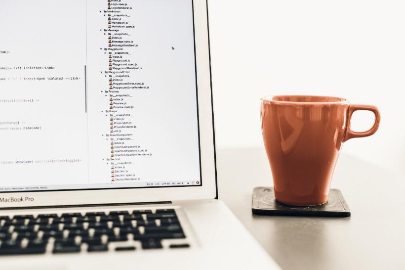 HTMLとは?Web開発に必要なマークアップ言語の書き方【初心者向け】のメインビジュアル画像